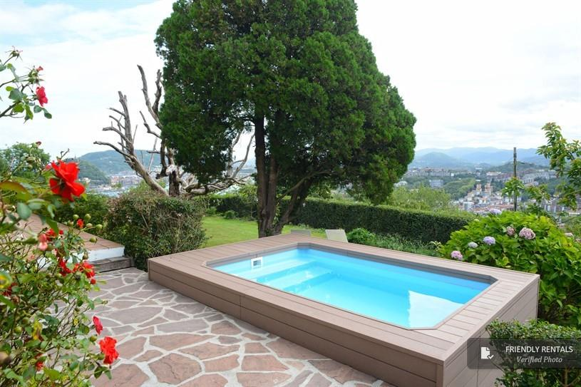 Appartamento con piscina privata, splendida vista, WiFi